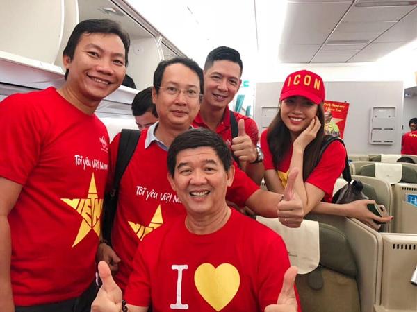 Trước khi máy bay cất cánh, Lệ Hằng chụp hình cùng những người bạn, trong đó có diễn viên Bình Minh. Cô cho biết sẽ hòa cùng những người dân Việt, cổ vũ hết mình nhằm tiếp thêm tinh thần để tuyển nước nhà giành chiến thắng.