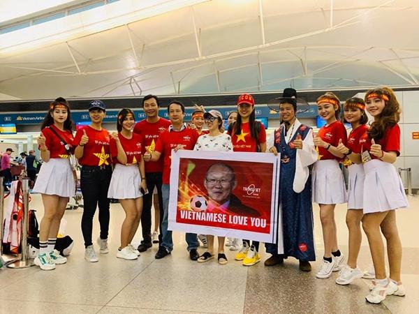 Người đẹp cho biết rất ấn tượng khi nhiều hành khách trên máy bay đều mặc áo đỏ hoặc áo thun đỏ in hình sao vàng kèm các slogan Việt Nam vô địch, Tôi yêu Việt Nam.