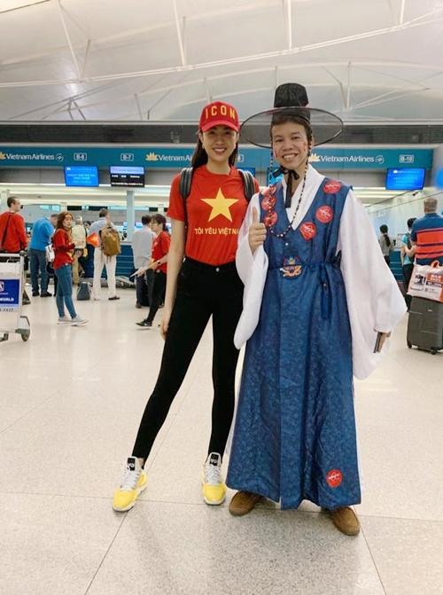 Người đẹp xuất hiện với áo cờ đỏ sao vàng, tinh thần háo hức chờ nhập cuộc. Không khí tại sân bay thật sự rất khác lạ so với những ngày thường. Tất cả mọi người chúng tôi dù xa lạ nhưng như đã quen biết từ lâu, cô chia sẻ.