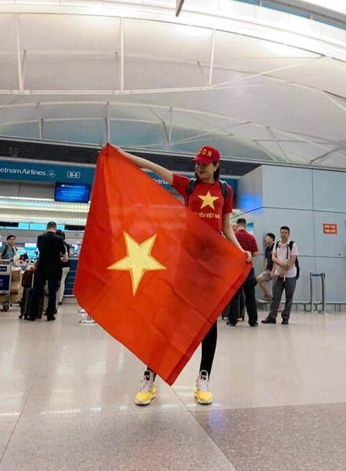 Sáng 11/12, Á hậu Lệ Hằng có mặt ở sân bay Tân Sơn Nhất để sang Kuala Lumpur (Malaysia) xem trận chung kết lượt đi giải AFF Cup 2018 giữa tuyển Việt Nam - Malaysia.