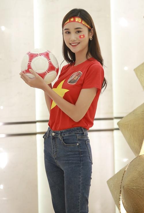 Nguyễn Thùy Trang (SBD 13), sinh năm 1999, sinh viên ĐH Kinh tế Kỹ thuật Công nghiệp. Cô là Hoa khôi UNETI 2018 và gương mặt chụp hình lookbook nổi tiếng ở Hà Nội.