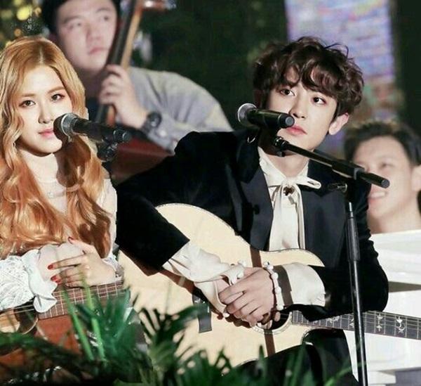 Chan Yeol (EXO) và Rosé (Black Pink) từng kết hợp trong một tiết mục tại sân khấu cuối năm 2016. Chính nhờ moment này mà các fan râm ran tin đồn cặp đôi hẹn hò. Nhiều người phân tích Rosé hội tụ đầy đủ các đặc điểm về mẫu bạn gái yêu thích của Chan Yeol.