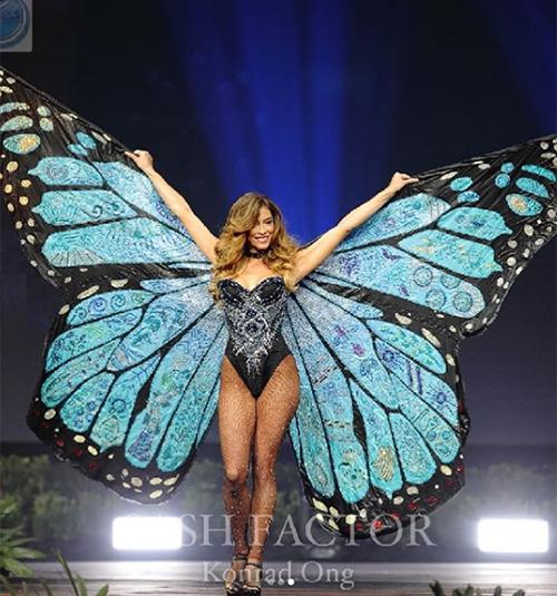 Người đẹp Costa Rica được nhiều người reo hò khi hóa chú bướm xanh khổng lồ. Cô diện đồ khoét hông cao chẳng khác gì đồ tắm để tôn lên đôi cánh hoành tráng.