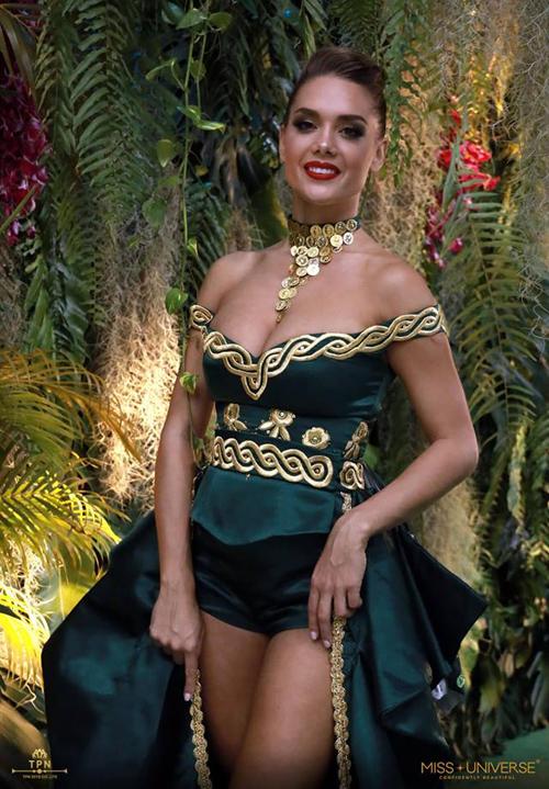 Thí sinh Croatia ban đầu xuất hiện trên sân khấu với một chiếc áo khá kín đáo. Tuy nhiên sau đó cô mở bung khuya, để lộ ra chiếc váy trễ nải, o ép vòng một nhằm tôn lên vẻ sexy hết cỡ.
