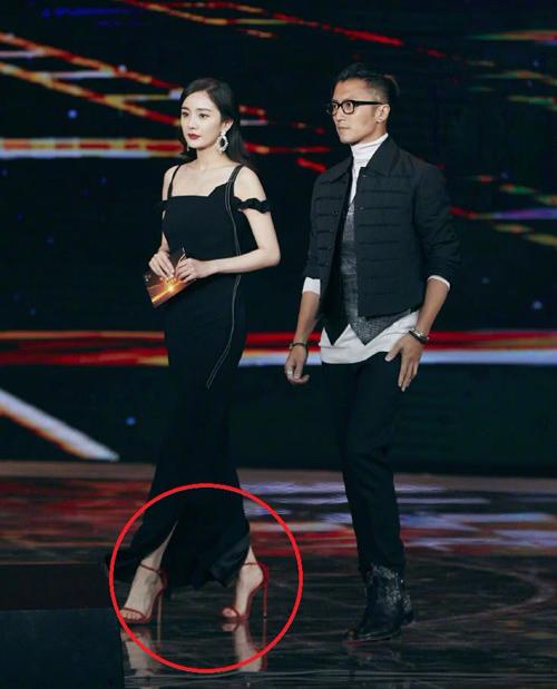 Xuất hiện trong sự kiện mớiđây, Dương Mịch trông đằm thắm trong bộ váy đen dài. Tuy nhiên điều khiến người hâm mộ chú ý hơn cả là đôi sandals đỏ chót được người đẹp chọn kết hợp cùng. Đây vốn là item cục cưng của Dương Mịch và được nữ diễn viên diện đến phát nhàm.