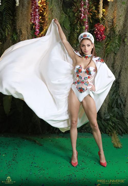 Người đẹp Hungary tự tin trình diễn trong bộ bodysuit chất liệu mỏng manh, khoe triệt để vòng một đầy và cặp chân sân chắc.