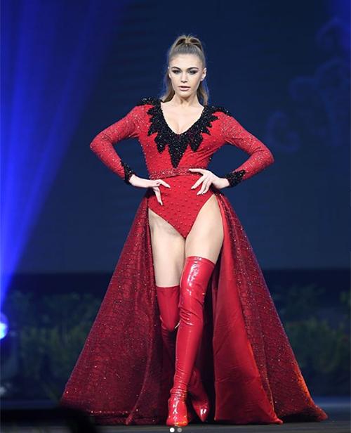 Người đẹp Albania là một trong những thí sinh được khán giả Thái Lan yêu thích nhất năm nay dù cô vướng không ít scandal vì khoe thân quá lố. Bộ quốc phục của chân dài 18 tuổi cũng đi theo tiêu chí hở bạo.