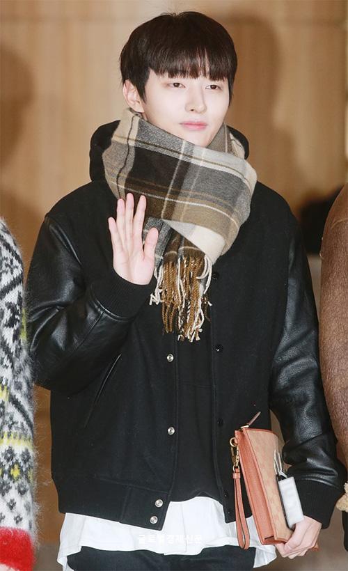 Ji Sung quấn khăn kín mít để tránh lạnh.