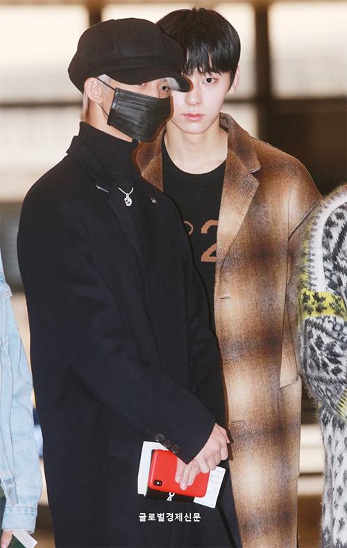 Bae Jin Young có khuôn mặt nhỏ, gần như biến mất sau chiếc khẩu trang và mũ.