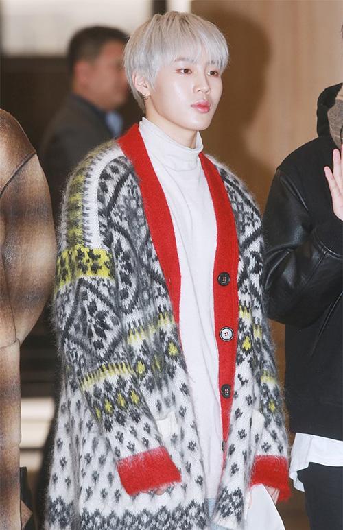 Ha Sung Woo có set đồ đậm chất Giáng sinh.