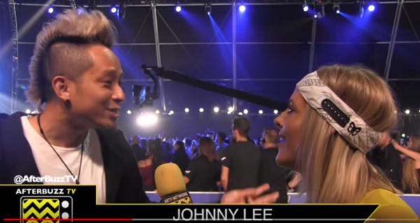 Johnny Lee trả lời phỏng vấn khi nhận giải thưởng ở