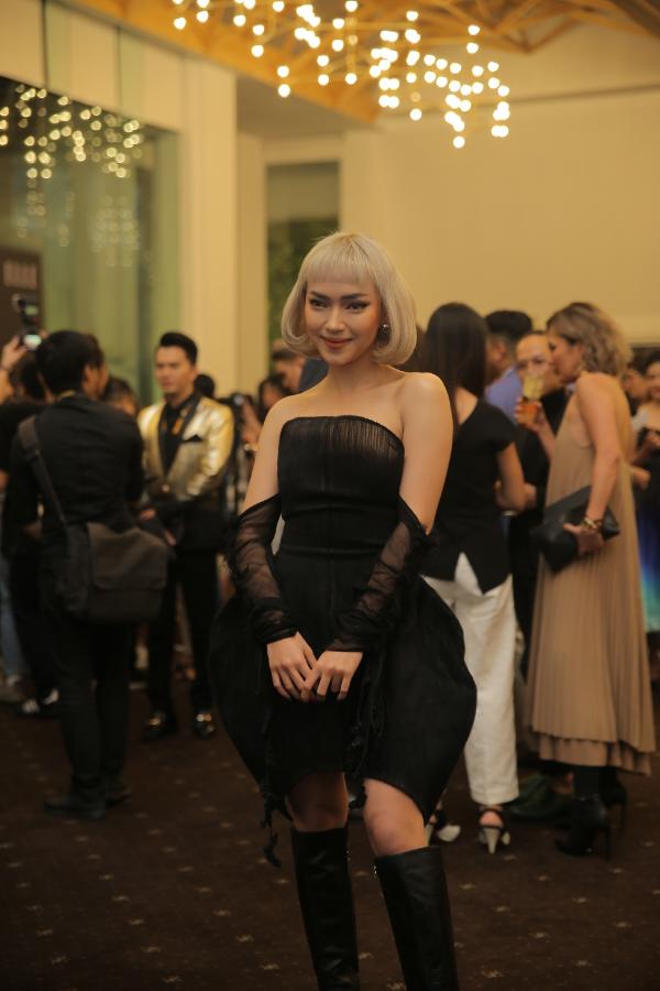 Vẫn với thần thái cá tính không thể trộn lẫn trong showbiz, Châu Bùi là một trong những ngôi sao nổi bật nhất trên thảm đỏ Elle Fashion Journey tối qua.