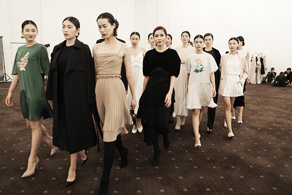 Tối 11/12, Tăng Thanh Hà tham dự ELLE Fashion Journey 2018 với vai trò là NTK. Lần đầu tiên góp mặt trong một show diễn thời trang với vai trò mới, nữ diễn viên không khỏi giấu được sự hồi hộp. Tham gia kinh doanh thời trang và thiết kế đã 8 năm nay nhưng đây là lần đầu ngọc nữ ra mặt.