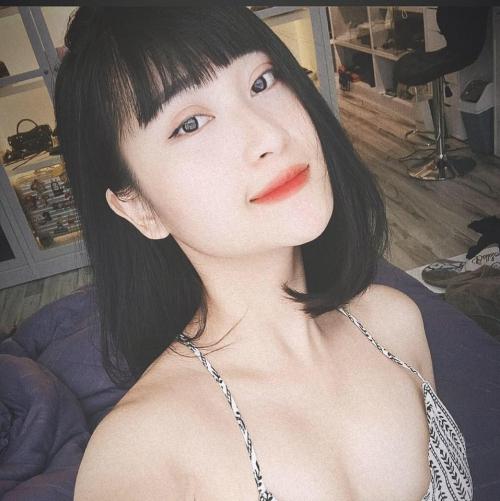 Danh tính cô nàng này nhanh chóng được nhiều người quan tâm. Đó là Nguyễn Thùy Dương, 23 tuổi, cựu sinh viên ĐH Sân khấu Điện ảnh.