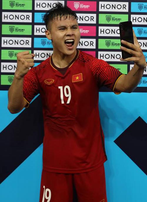 Quang Hải là cầu thủ duy nhất đã có 2 lần nhận phần thưởng HONOR Man of the match là chiếc điện thoại siêu tràn viền HONOR 8X.
