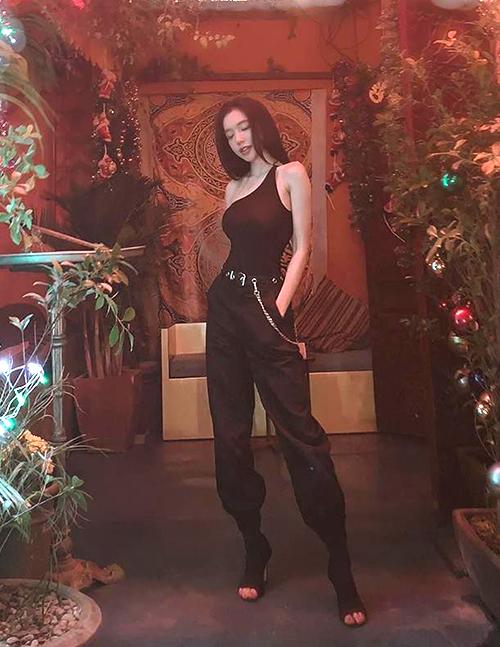 Diện cả cây đồ đen ôm dáng, Elly Trần làm tôn lên thân hình mình hạc xương mai.