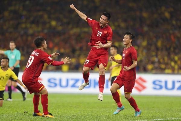 Trong trận chung kết lượt đi AFF Cup 2018 tối 11/12, Việt Nam cầm hòa Malaysia với tỷ số 2-2. Một trong những pha lập công cho tuyển Việt Nam là bàn thắng của Huy Hùng ở phút thứ 22. Lợi dụng sự sơ hở của hàng phòng ngự Malaysia, Văn Hậu chuyền bóng cho Văn Đức từ cánh trái. Đức căng ngang vào trong, Huy Hùng kịp thời băng lên dứt điểm vào lưới Malaysia.