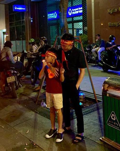 Cường Đô la chụp ảnh bên con trai Subeo mà trong chẳng khác gì hai anh em vì cậu nhóc giờ đã cao dong dỏng.