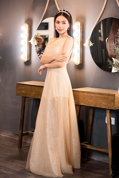 Hòa Minzy duyên dáng khi hóa thành công chúa.
