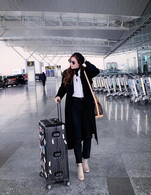 Quế Vân diện đồ ấm áp ở sân bay Đài Loan.
