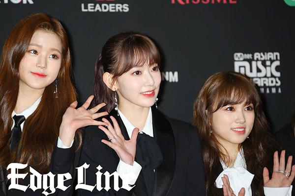 Sakura (đứng giữa) trở thành tâm điểm chú ý.