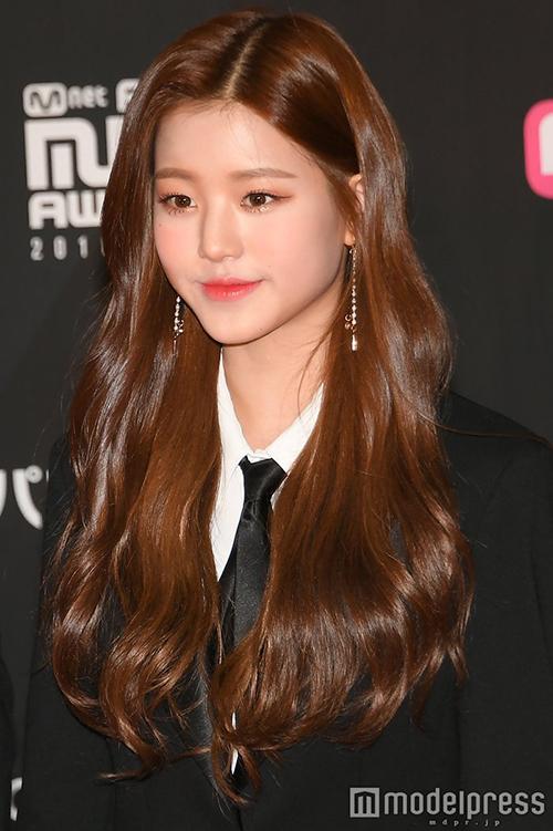 Center Jang Won Young vừa gây sốt ở lễ trao giải MAMA ngày 10 nhờ đôi chân dài miên man.
