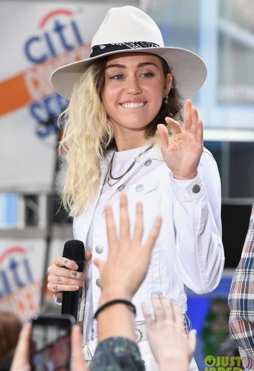 Miley nuôi tóc dài, cai thuốc lá. Cô cũng quan tâm đến sức khoẻ và sự nghiệp hơn là những hình ảnh bốc đồng ngày xưa.
