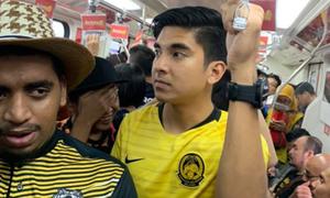 Bộ trưởng trẻ tuổi Malaysia đi tàu điện ngầm đến xem chung kết AFF Cup