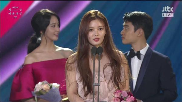 Mới đây, một chủ đề trên Instiz tập hợp những khoảnh khắc né camera thú vị của sao Hàn đã nhận được nhiều bình luận từ cư dân mạng. Trong ảnh, hai MC là Yoon Ah và D.O đang đứng phía sau Kim Yoo Jung lúc cô lên nhận giải tại Baeksang Arts Awards 2017.