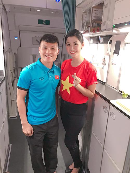 Nữ tiếp viên hàng không xinh đẹp pose hình với tuyển Việt Nam gây bão - 1