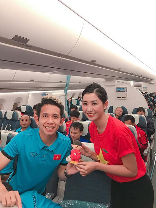 Ngọc Linh pose hình cùng Quang Hải, Hồng Duy.