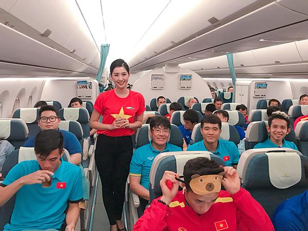 Hình ảnh nữ tiếp viên xinh đẹp giữa các cầu thủ tuyển Việt Nam gây chú ý.