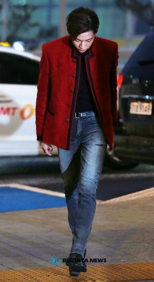 BamBam ra sân bay cũng lên đồ sang chảnh như dự show thời trang. Thành viên GOT7 có đôi chân dài miên man.