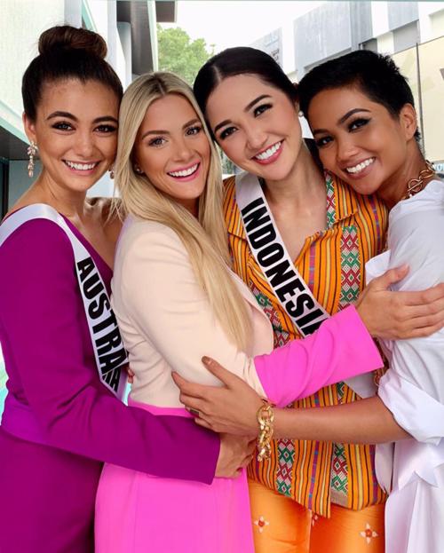 Hoa hậu Mỹ (thứ hai từ trái sang) đăng tải ảnh thân thiết bên HHen Niê cùng các thí sinh khác sau sự cố.