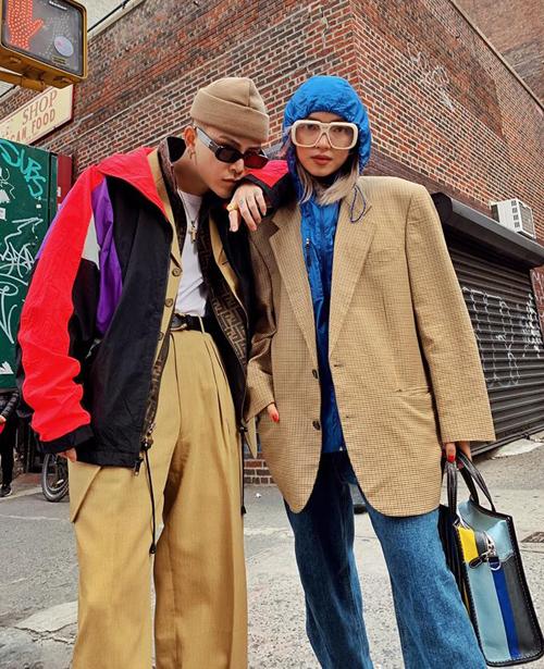 Là chủ shop thời trang nên Decao và Châu Bùi rất nhanh nhạy với xu hướng mốt. Những style thời thượng nhất trên thế giới đều được cặp đôi thử nghiệm, dù chúng có thể mới lạ, khó cảm với đa số giới trẻ Việt.