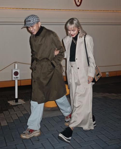 Khi diện đồ đôi, điều mà cặp fashionista này để ý nhất là kiểu dáng trang phục rộng rãi, thoải mái, chủ yếu là các item unisex, màu sắc cũng có sự ăn ý.