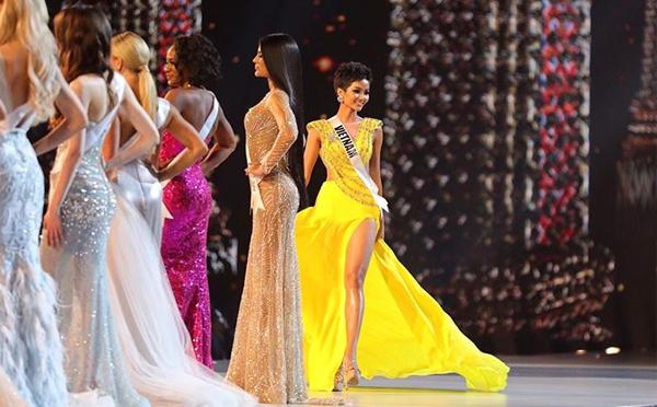 Phần trình diễn váy dạ hội của HHen Niê nhận được nhiều tiếng reo hò từ khán giả.