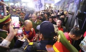 Hàng nghìn người hâm mộ vây kín chào đón tuyển Việt Nam ở sân bay