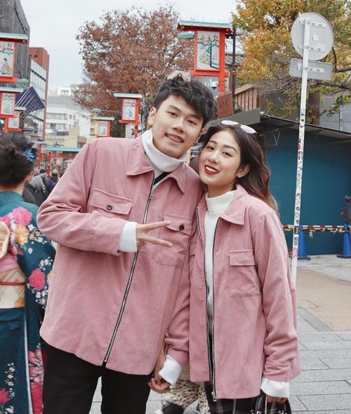 Trang Lou và Tùng Sơn dù đã lên chức bố mẹ nhưng vẫn trẻ trung chẳng khác gì các cặp đôi trong phim thanh xuân. Thời trang đôi ngọt ngào, năng động cũng là điều mà cả hai hướng đến.