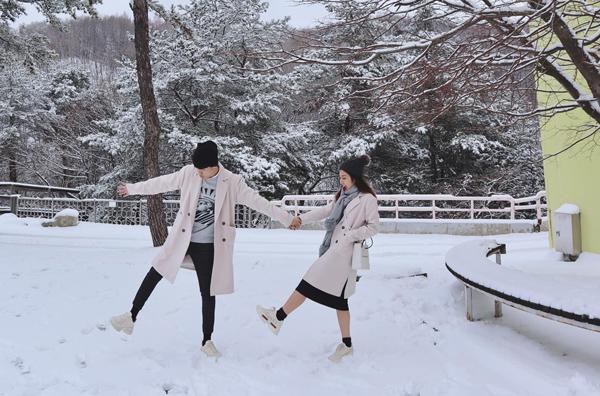 Nhiều bức ảnh mùa đông của cả hai mang đến không khí vui tươi, nhí nhảnh hệt như trong các bộ phim.
