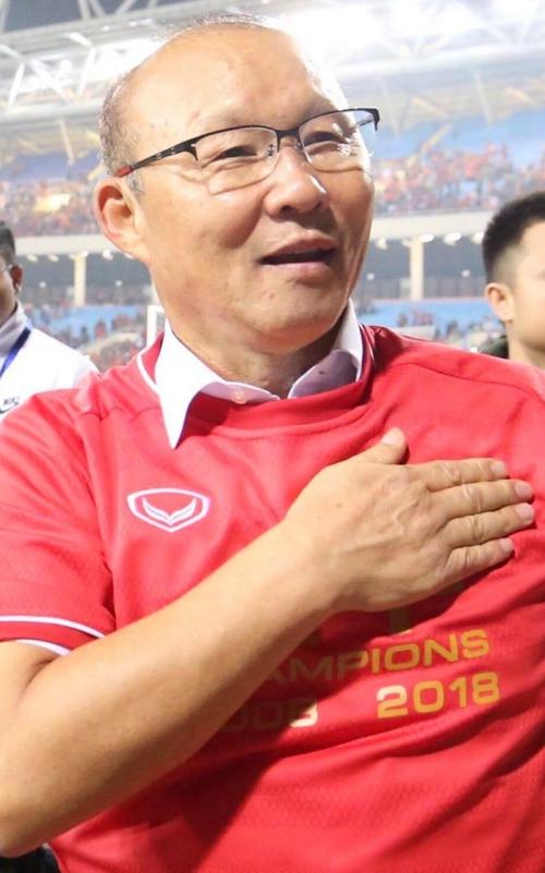 HLV Park đặt tay lên tim như lời cảm ơn tới người hâm mộ Việt Nam.