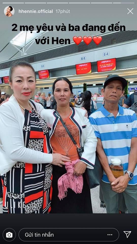 HHen Niê chia sẻ hình ảnh bố mẹ cùng NTK Linh San sang Thái cổ vũ trên trang cá nhân.
