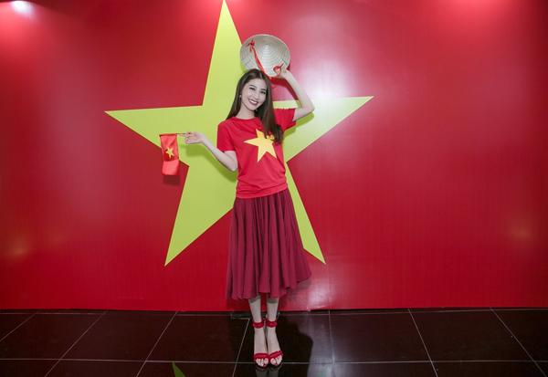 Diễm My 9x diện áo cờ đỏ sao vàng cổ vũ đội tuyển Việt Nam trong trận chung kết AFF 2018.