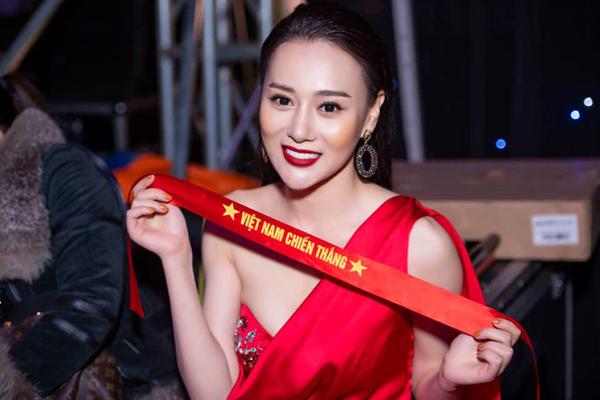 Phương Oanh tranh thủ cổ vũ đội tuyển Việt Nam trong hậu trường sự kiện.