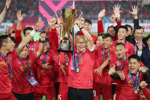 HLV Park cùng học trò giương cao chiếc cup vô địch.