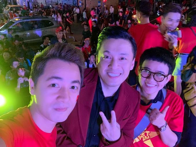 <p> Lam Trường, Phương Uyên hòa vào dòng người ăn mừng chiến thắng trên phố đi bộ Nguyễn Huệ, TPHCM.</p>