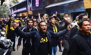 CĐV Malaysia diễu hành máu lửa không kém Việt Nam dù đá sân khách