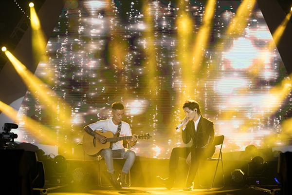 Tối 14/12, Erik ra mắt MV Đừng có mơ tại TP HCM. Thay vì là buổi giới thiệu sản phẩm mới đơn thuần, nam ca sĩ và ê-kíp đã quyết định chơi lớn khi kết hợp tổ chức một showcase ngoài trời nhằm kỷ niệm 2 năm ca hát.