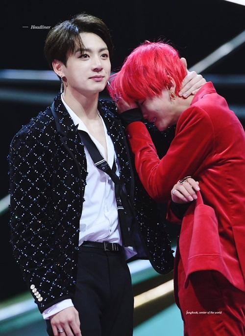 V khóc nức nở khi Jin nhắc đến việc tan rã.