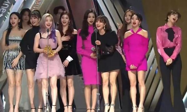 Các cô gái Twice vinh dự nhận giải Daesang tại MAMA 2018.